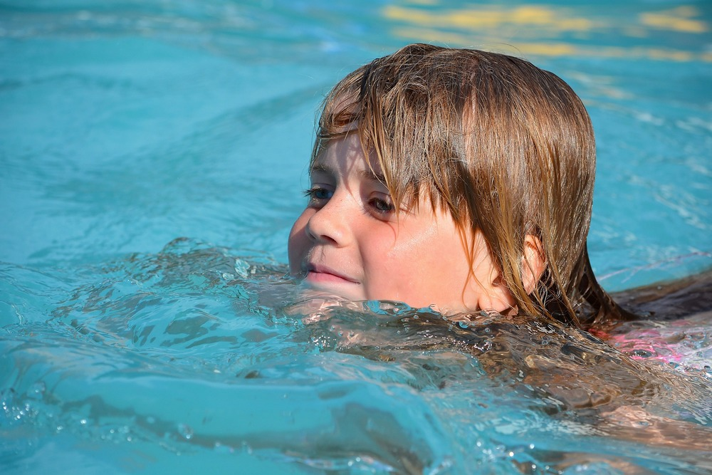 RESEARCH SAYS CHILDREN SWIMMING EARLY IN LIFE HAS MANY BENEFITS
